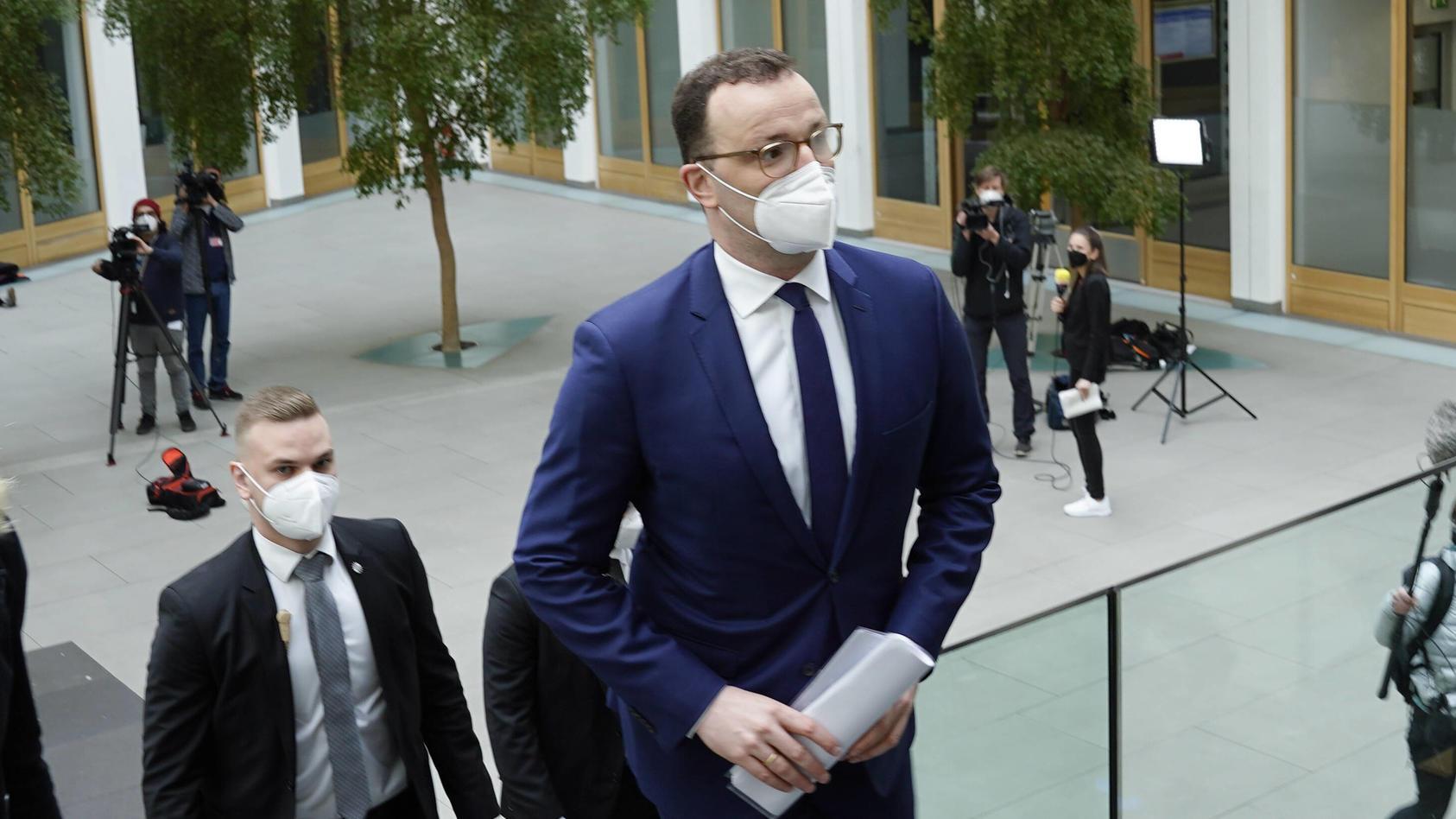 """Laut Bundesgesundheitsminister Spahn ist es eine """"große Herausforderung, bei Migranten für Impfung zu werben""""."""