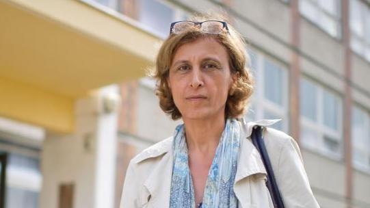 Politikerin Canan Bayram (Grüne) vor einem Gebäude