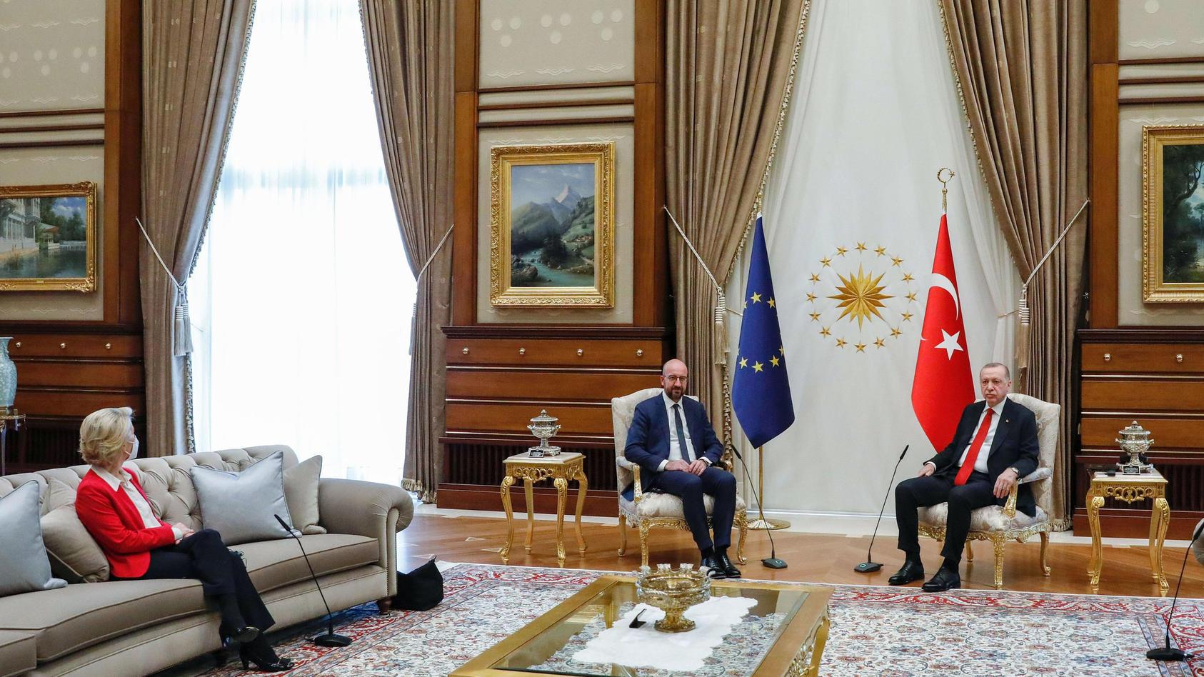 EU-Spitzen treffen Erdogan inAnkara. Von der Leyen muss auf der Couch Platz nehmen.