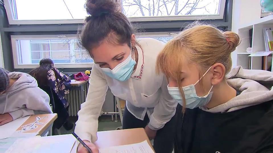 Lehrerin mit Schülerin im Lernbüro an der Erich-Kästner-Gesamtschule