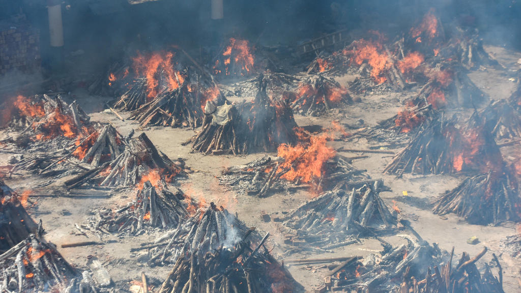 NEW DELHI, INDIA APRIL 24: Multiple funeral pyres of people who died of Covid-19 burning simultaneously at Gazipur crematorium on April 24, 2021 in New Delhi, India. Photo by Amal KS/Hindustan Times  Covid Death Toll Continues To Rise In India PUBLI