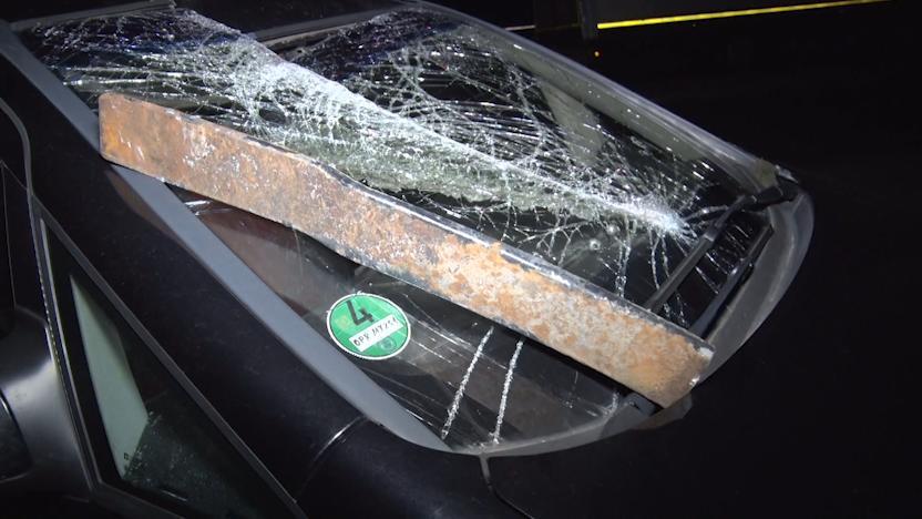 Dieses Stahlteil durchschlug die Windschutzscheibe des Fahrers und bohrte sich in den Beifahrersitz.