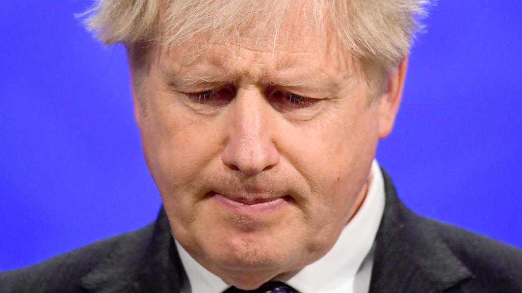 ARCHIV - 20.04.2021, Großbritannien, London: Der britische Premierminister Boris Johnson gibt in der Downing Street eine Pressekonferenz. Der Druck auf den britischen Premierminister Boris Johnson wegen einer angeblich pietätlosen Äußerung zu Toten i