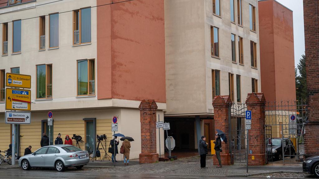 29.04.2021, Brandenburg, Potsdam: Journalisten stehen vor einer Potsdamer Klinik. In der Klinik sind vier Leichen gefunden worden. Foto: Christophe Gateau/dpa +++ dpa-Bildfunk +++
