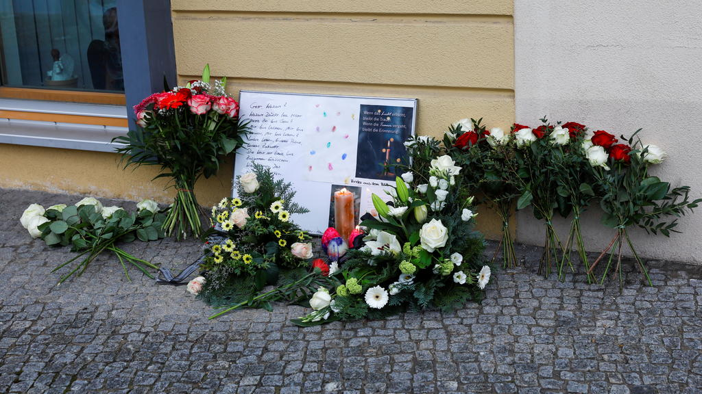 Messages and flowers are seen outside the Oberlin Clinic, following the arrest of a 51-year-old woman, after four people were found dead and another seriously injured at a hospital, in Potsdam, Germany, April 29, 2021. REUTERS/Michele Tantussi