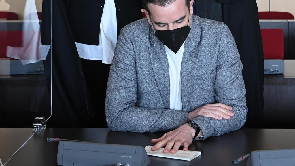 Der angeklagte Christoph Metzelder, ehemaliger Fußball-Nationalspieler, sitzt in einem Saal des Amtsgerichts vor seinen Rechtsbeiständen, Julia Donnepp und Ulrich Sommer. Die Ermittler werfen dem 40-Jä