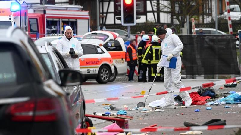 Einsatzkräfte nehmen an der Unfallstelle in Volkmarsen Spuren auf