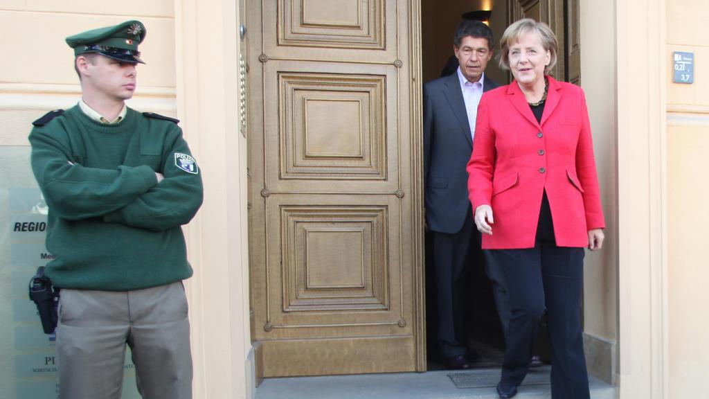 Bundeskanzlerin Angela Merkel und ihr Ehemann Joachim Sauer verlassen die gemeinsame Berliner Wohnung Am Kupfergraben 6.