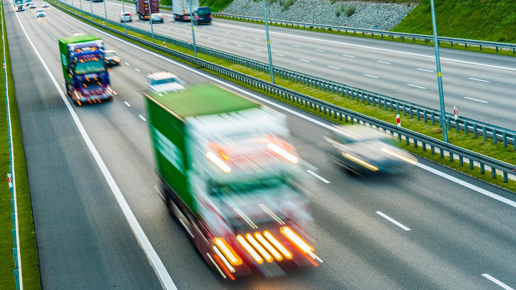 Wer nach einem Überholmanöver zu knapp vor einem Lkw einschert, riskiert Menschenleben.