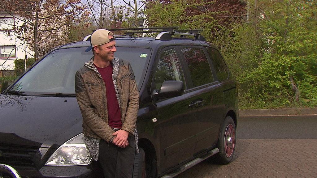 """Stephan Krusch (39) mit seinem """"Schrotthaufen"""""""