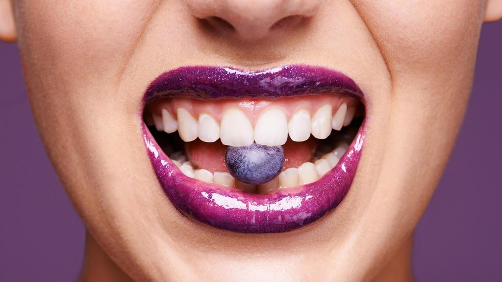 Brombeere, Himbeere oder Blaubeere - die Farbtöne lassen die Zähne strahlen