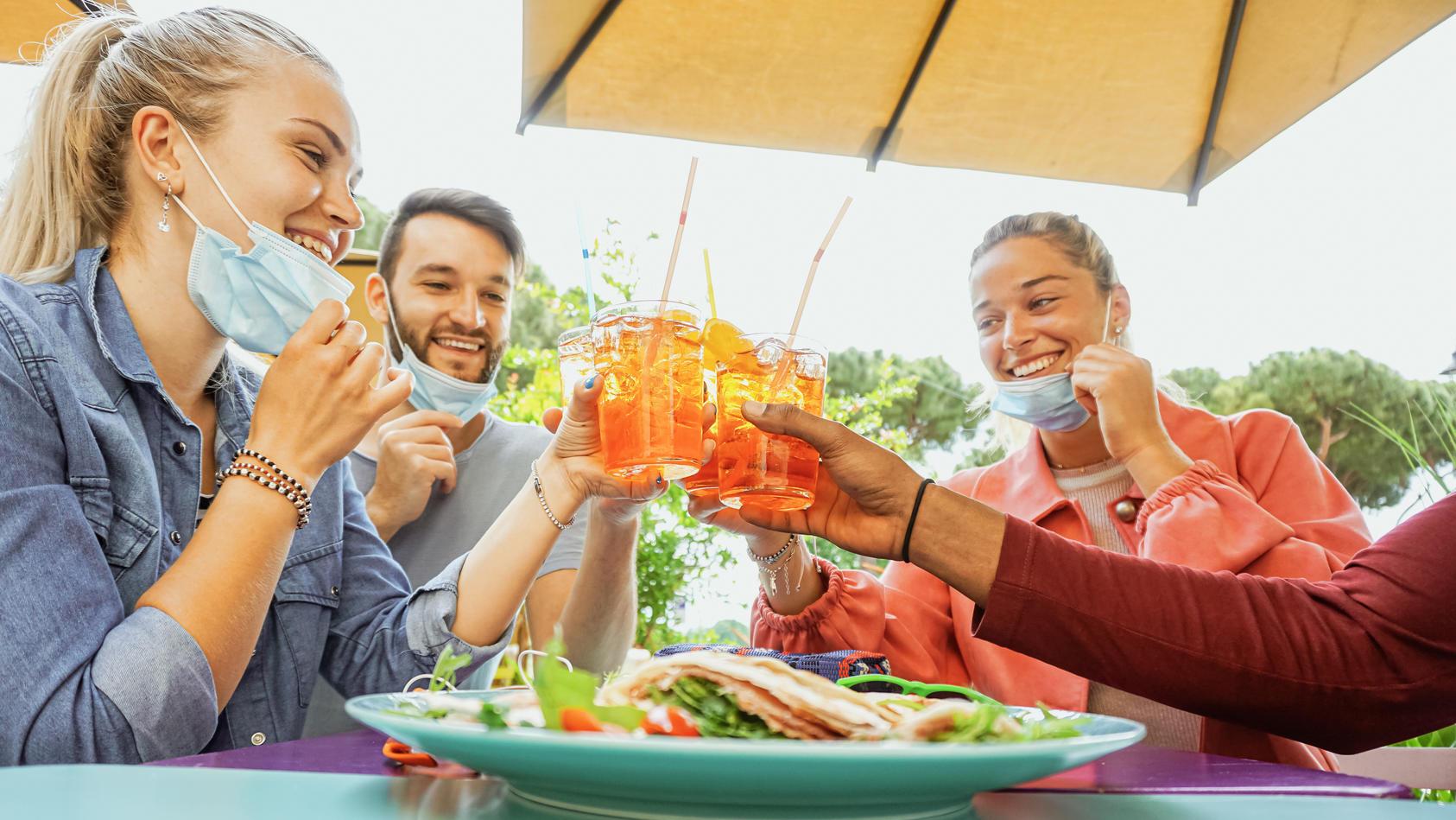 Ob noch mit Maske oder schon ohne: Im Sommer wollen wir wieder unbeschwert feiern können. Ist die Herdenimmunität bis dahin erreicht?