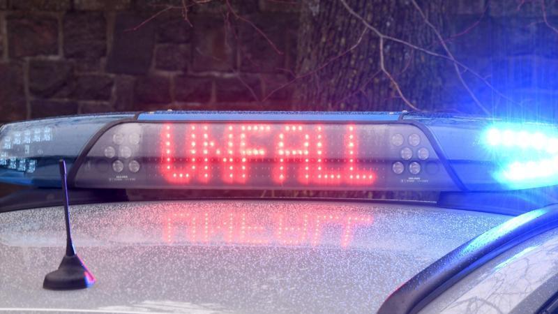 Ein Autofahrer ist in Grevenbroich vor einer Polizeikontrolle geflohen und dann in einen Zug gerast. (Symbolbild)