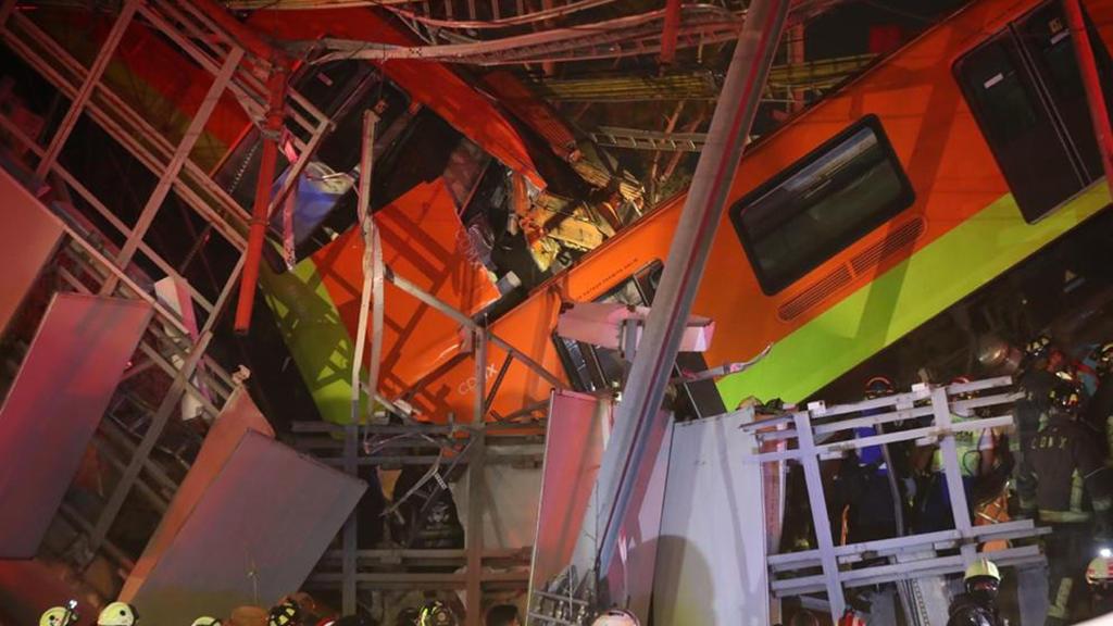 Bilder der Unglücksstelle: Mehrere Waggons sind mit der Brücke in die Tiefe gerissen worden.