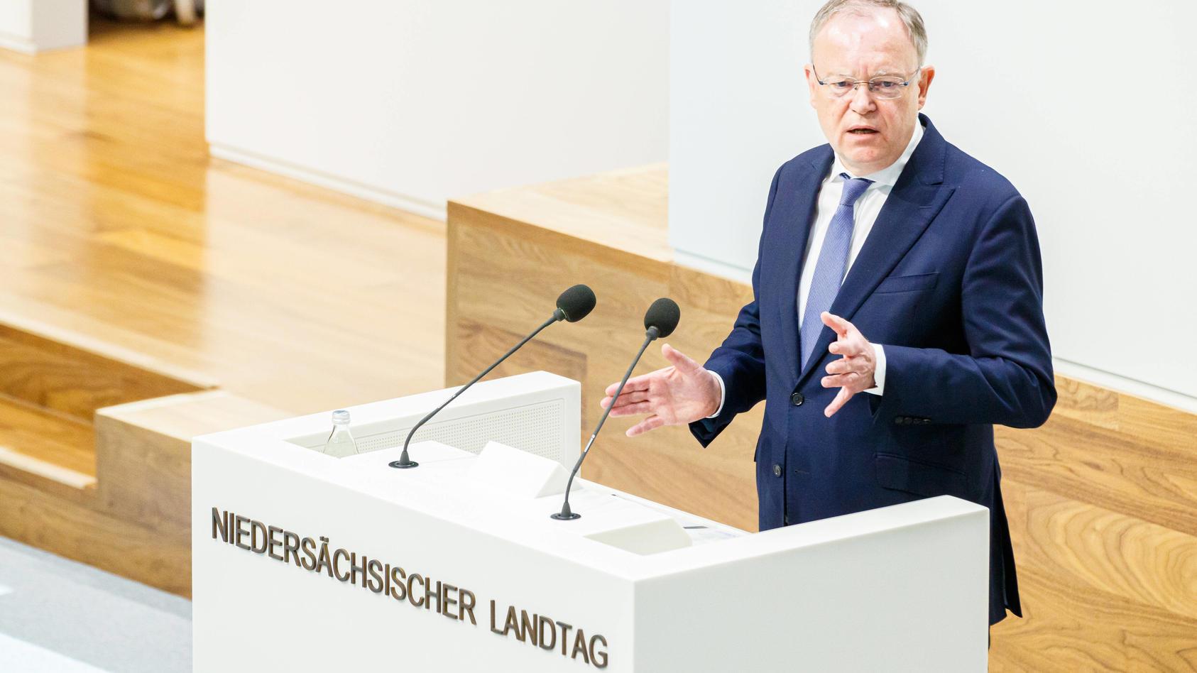 Niedersachsens Ministerpräsident Stephan Weil will über den Stand der Lockerungen sprechen.