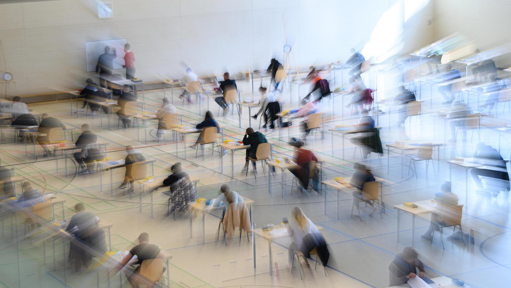 Symbolbild. Im Ville-Gymnasium in Erftstadt standen eigentlich Abiturprüfungen an. Am Morgen ging eine E-Mail ein, die das verhinderte und einen Polizei-Großeinsatz auslöste.