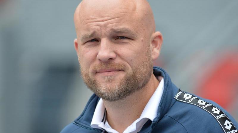 Der ehemalige Mainzer Sportvorstand Rouven Schröder blickt in die Kamera. Foto: Timm Schamberger/dpa/Archivbild