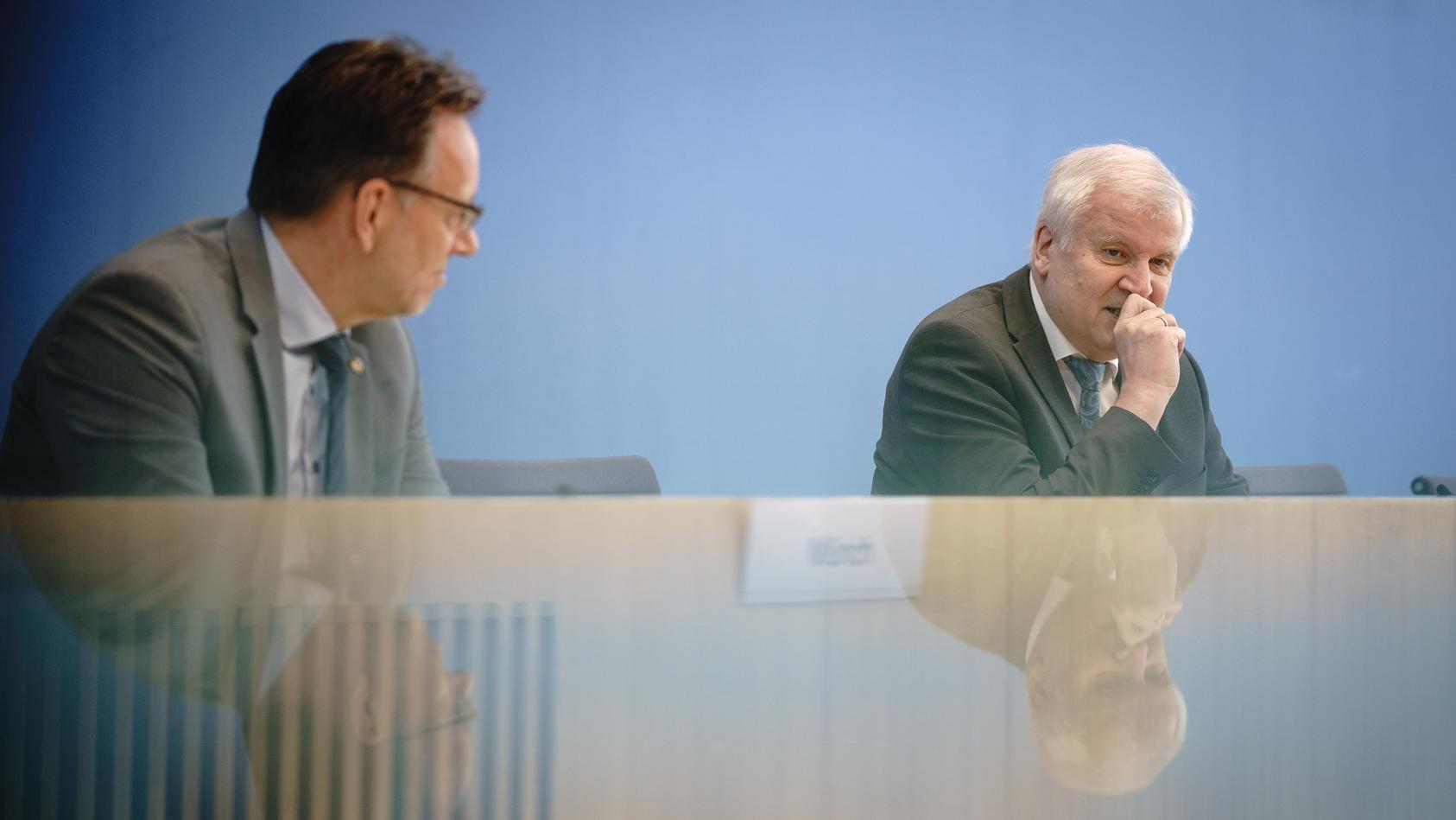 Horst Seehofer macht sich Gedanken um die hohen Fallzahlen politisch motivierter Kriminalität im Land.
