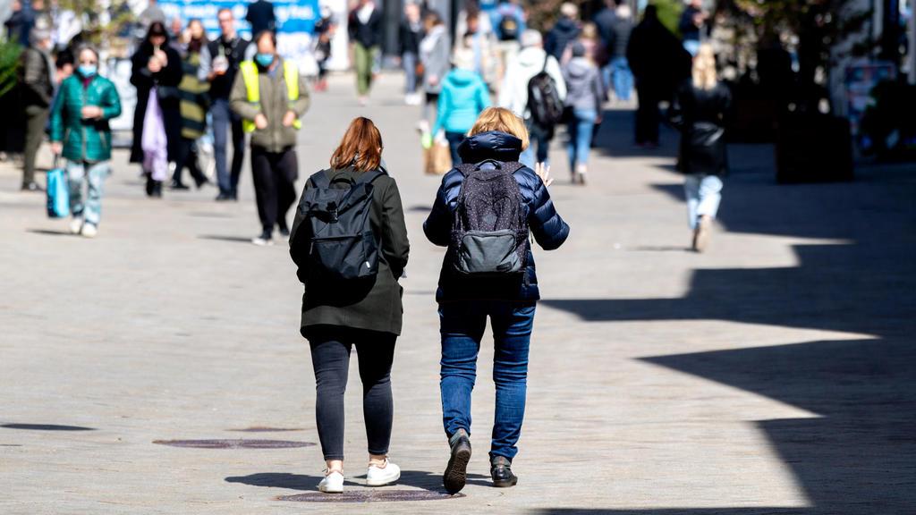 24.04.2021, Niedersachsen, Oldenburg: Zwei Frauen gehen durch die Lange Straße in der Innenstadt. Das ifo Institut veröffentlicht am 26.04.2021 seinen monatlichen Geschäftsklimaindex. Rund 7000 Unternehmen beurteilen dafür ihre gegenwärtige Geschäfts