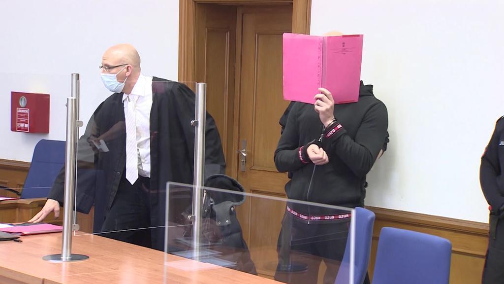 Der Angeklagte Fluchtfahrer Alexej H. muss sich heute beim Prozessauftakt vor Gericht verantworten.