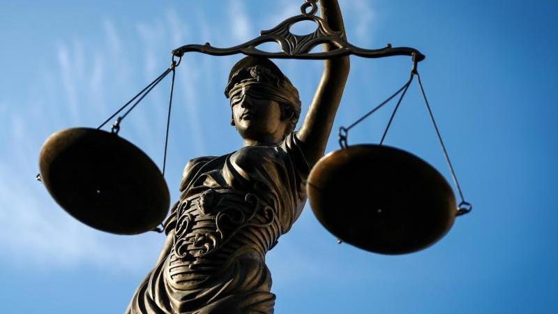Eine Statue der Justitia hält eine Waage in ihrer Hand. Foto: David-Wolfgang Ebener/dpa/Symbolbild/Archivbild