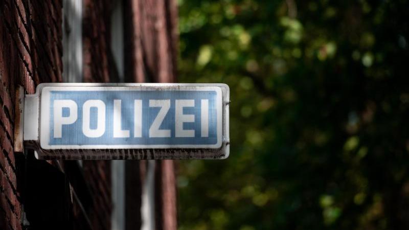 """Ein Schild, auf dem """"Polizei"""" steht, hängt an einer Wache. Foto: Fabian Strauch/dpa/Symbolbild"""