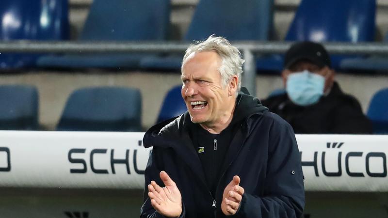 Freiburgs Trainer Christian Streich gestikuliert an der Seitenlinie. Foto: Friso Gentsch/dpa/Archivbild