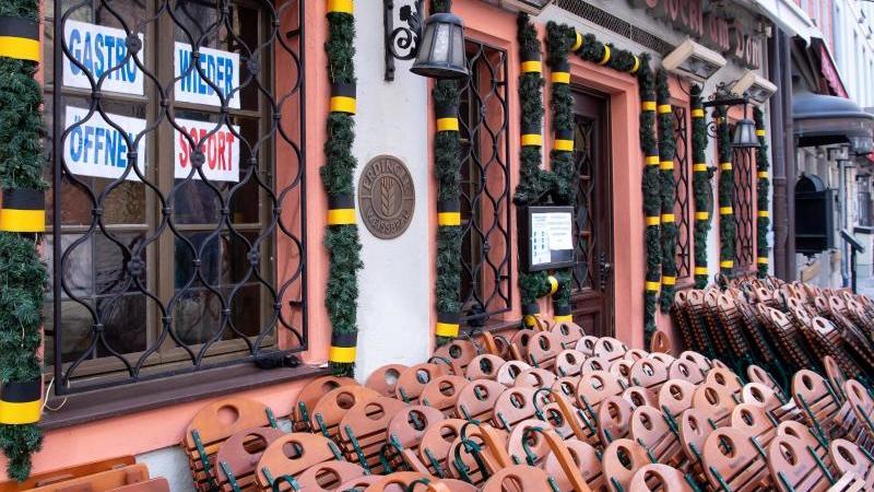 Tische und Stühle stehen vor einem geschlossenen Restaurant in der Innenstadt. Foto: Sven Hoppe/dpa/Archivbild
