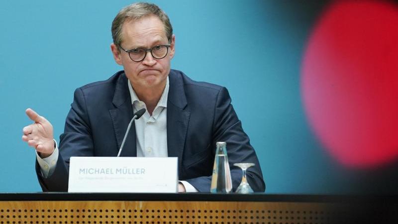 Michael Müller (SPD), Regierender Bürgermeister, spricht auf einer Pressekonferenz. Foto: Jörg Carstensen/dpa/Aktuell