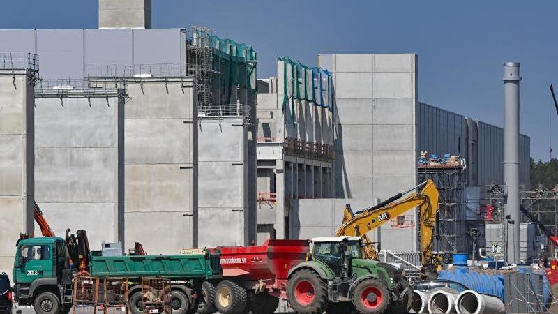 Viel Betrieb herrscht auf dem Baugelände der Autofabrik von Tesla östlich von Berlin. Foto: Patrick Pleul/dpa-Zentralbild/dpa