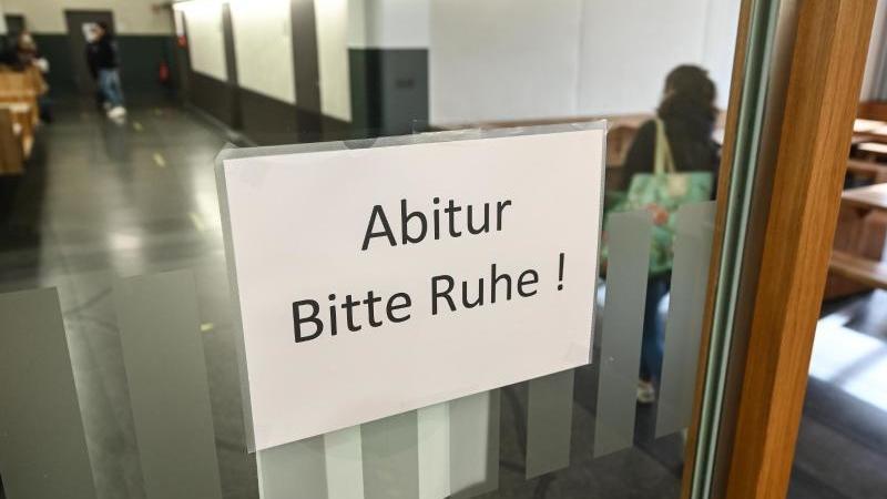 """Ein Schild mit der Aufschrift """"Abitur - Bitte Ruhe!"""" hängt an einer Tür. Foto: Felix Kästle/dpa/Symbolbild"""