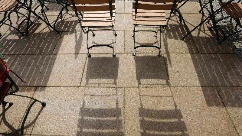 Leere Tische und Stühle stehen vor einem Restaurant. Foto: Matthias Bein/dpa-Zentralbild/dpa