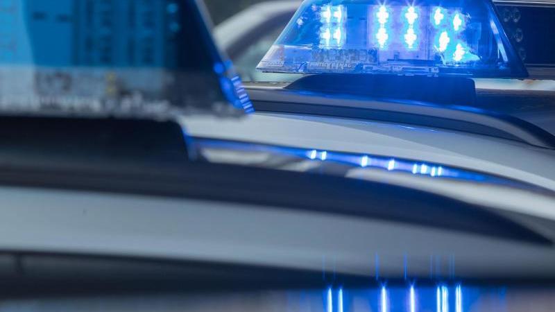 Ein leuchtendes Blaulicht auf einem Polizeiwagen. Foto: Jens Büttner/dpa-Zentralbild/dpa/Symbolbild