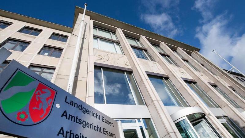 Blick auf das Gebäude, in dem sich Landgericht, Amtsgericht und Arbeitsgericht befinden. Foto: Bernd Thissen/dpa/archivbild