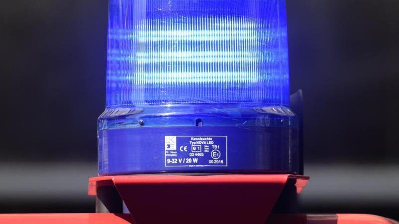 Ein Blaulicht leuchtet auf einem Feuerwehrfahrzeug. Foto: Robert Michael/dpa-Zentralbild/dpa/Symbolbild