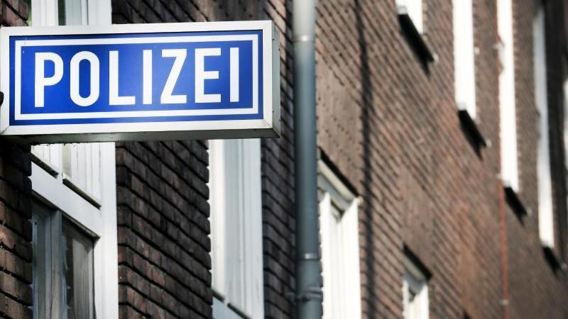 Ein Polizei-Schild hängt an einem Polizeipräsidium. Foto: Roland Weihrauch/dpa/Symbolbild