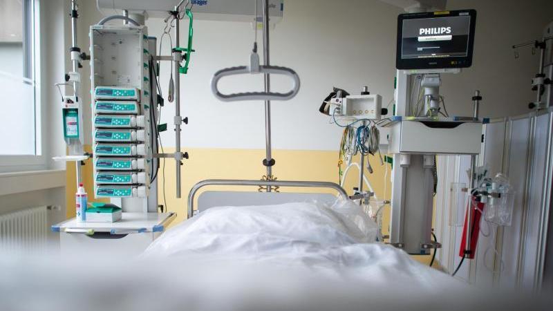 Ein leeres Bett steht in einer Intensivstation. Foto: Jonas Güttler/dpa/Symbolbild