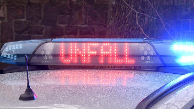 """Die Leuchtschrift """"Unfall"""" ist auf dem Dach eines Polizeiwagens zu sehen. Foto: Carsten Rehder/dpa/Symbolbild"""