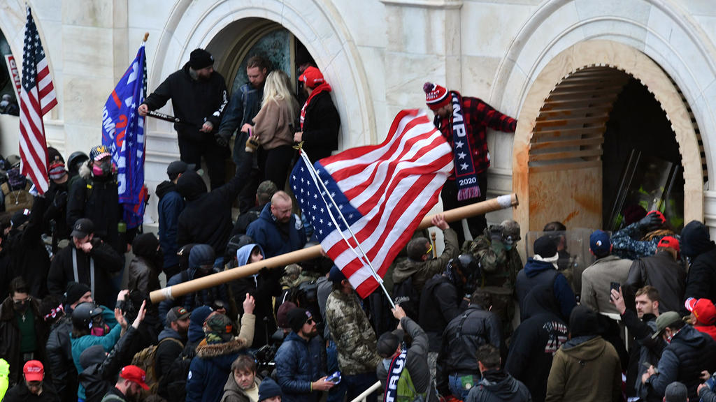 ARCHIV - 06.01.2021, USA, Washington: Anhänger des damaligen US-Präsidenten Trump stürmen das US-Kapitolgebäude, wo die Abgeordneten den Sieg des gewählten Präsidenten Biden bei der Wahl im November bestätigen sollten. Bei der Erstürmung des Sitzes d