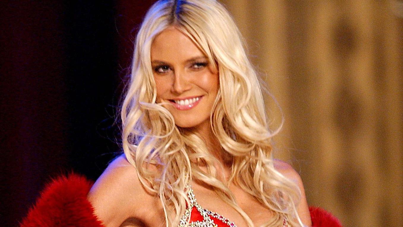 "Heidi Klum 2003 als ""Victoria's Secret""-Model auf dem Catwalk."