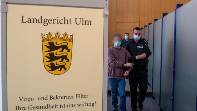 Im Landgericht führt ein Justizwachtneister den Angeklagten in den Sitzungssaal. Foto: Stefan Puchner/dpa