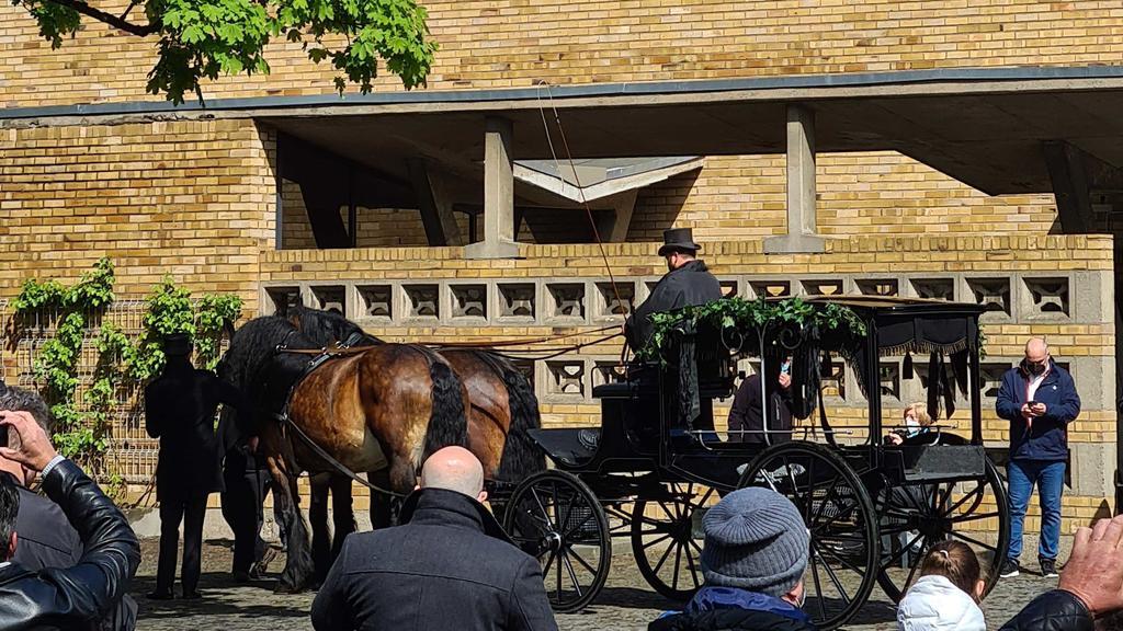 Eine Pferdekutsche transportiert Willi Herrens Sarg