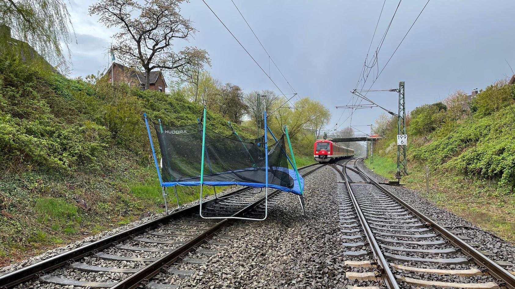 Trampolin auf den Gleisen vor dem Bahnhof Horneburg