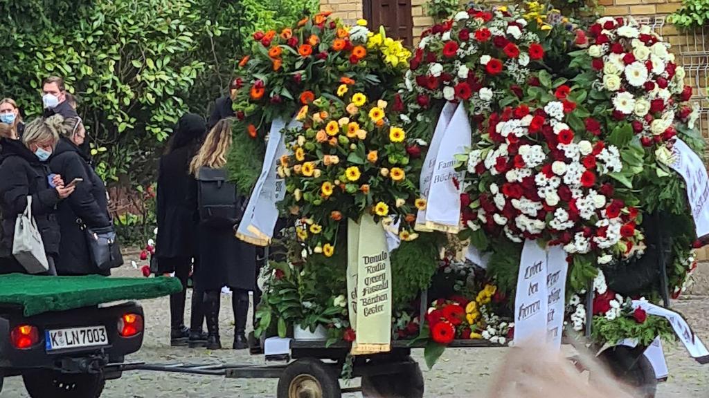 Blumen-Gestecke bei der Beerdigung von Willi Herren