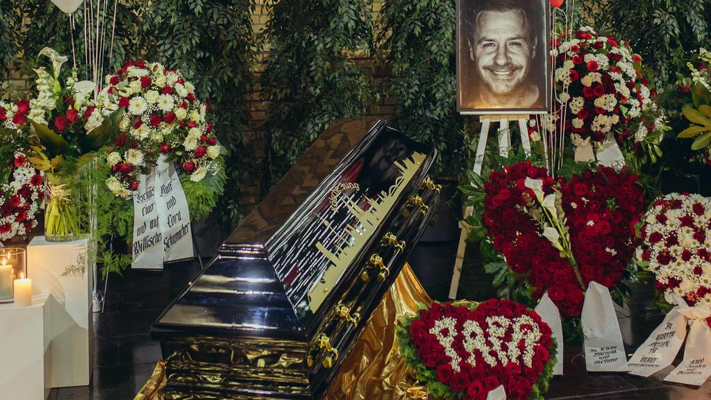 Blick in die Trauerhalle mit Blumen und dem Sarg von Willi Herren auf dem Melatenfriedhof am Tag der Trauerfeier. Der Schauspieler und Sänger Willi Herren war am 20. April verstorben. Foto: Sandra Birk
