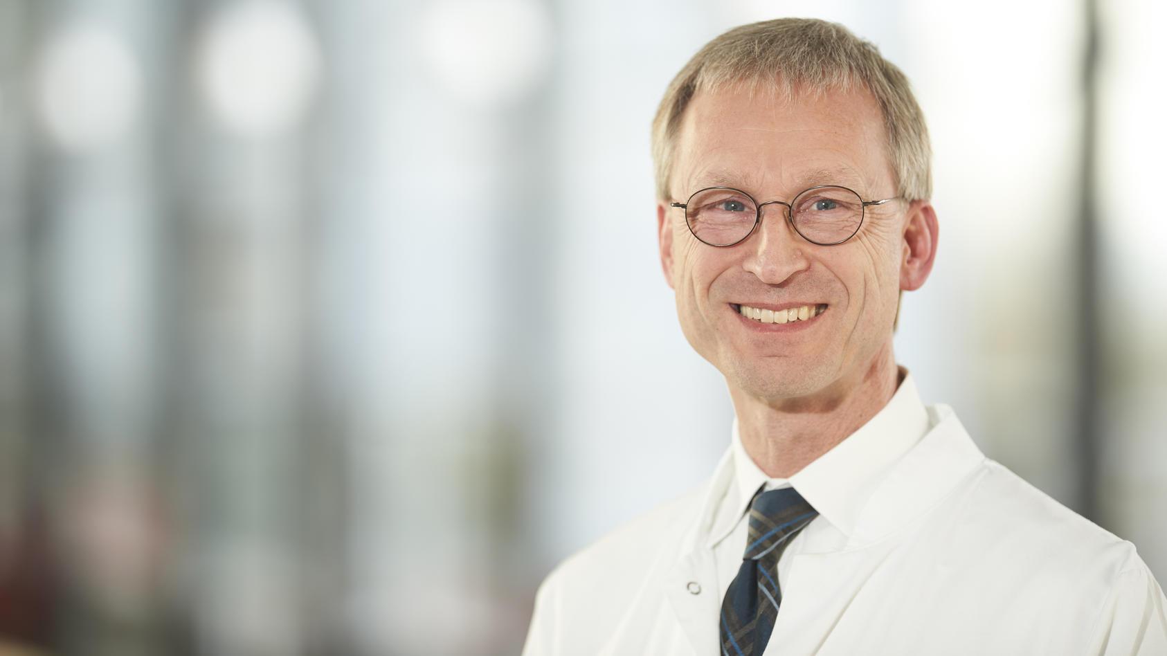 Der Immunologe und Internist Peter M. Kern leitet die Klinik für Immunologie am Klinikum Fulda und lehrt an der Philipps Universität Marburg.