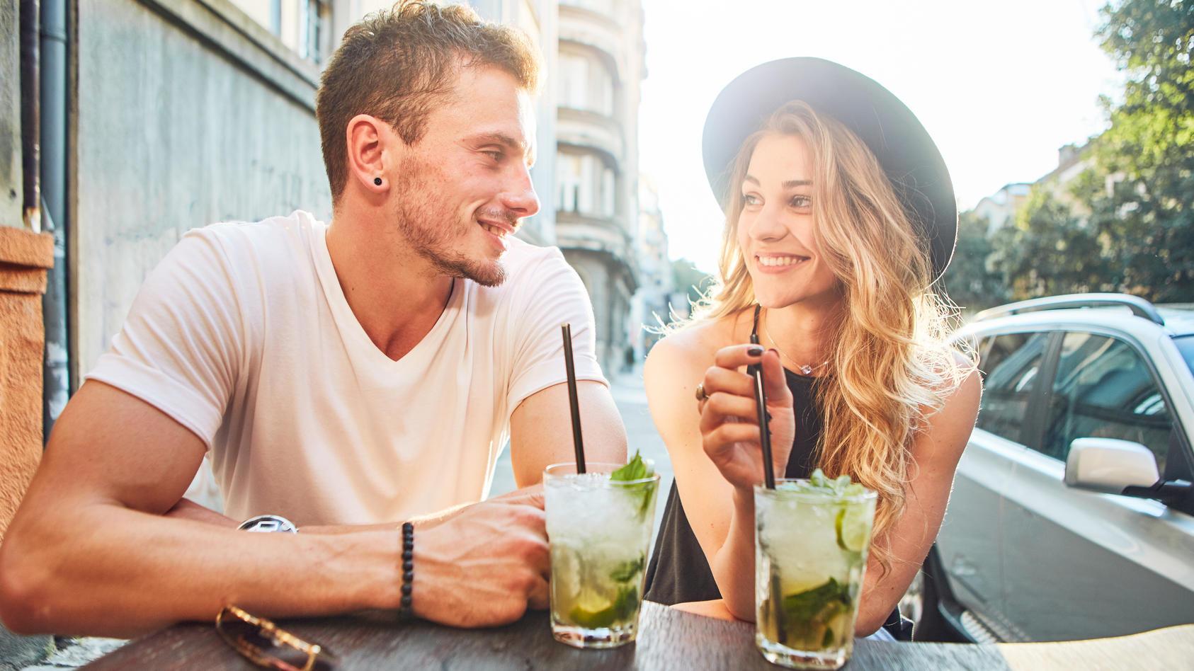 Die Dating-Plattform Tinder geht davon aus, dass Singles im Sommer 2021 wieder mehr daten werden.