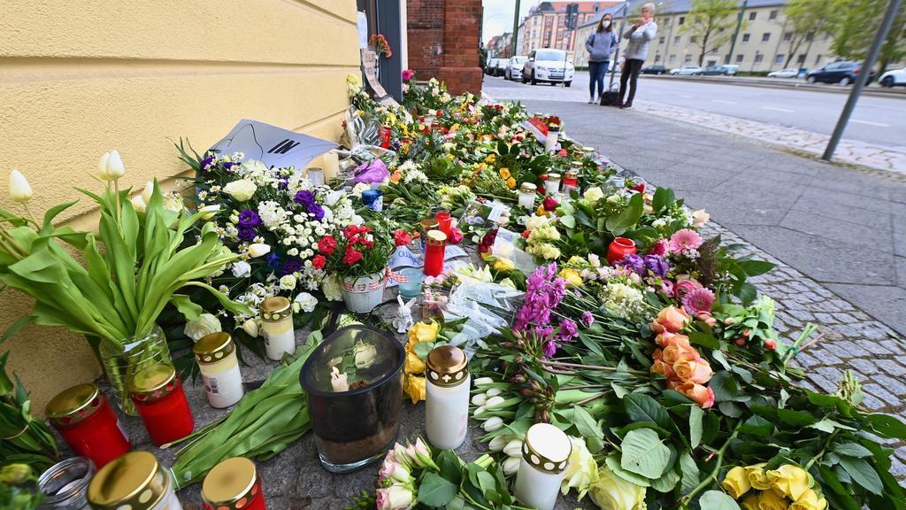 Potsdam: Blumen, Kerzen und Plakate liegen vor dem Eingang zur Einrichtung des diakonischen Anbieters Oberlinhaus. In der Einrichtung mit einem Wohnheim waren am 28.04.2021 vier Leichen und eine schwer verletzte Person gefunden worden