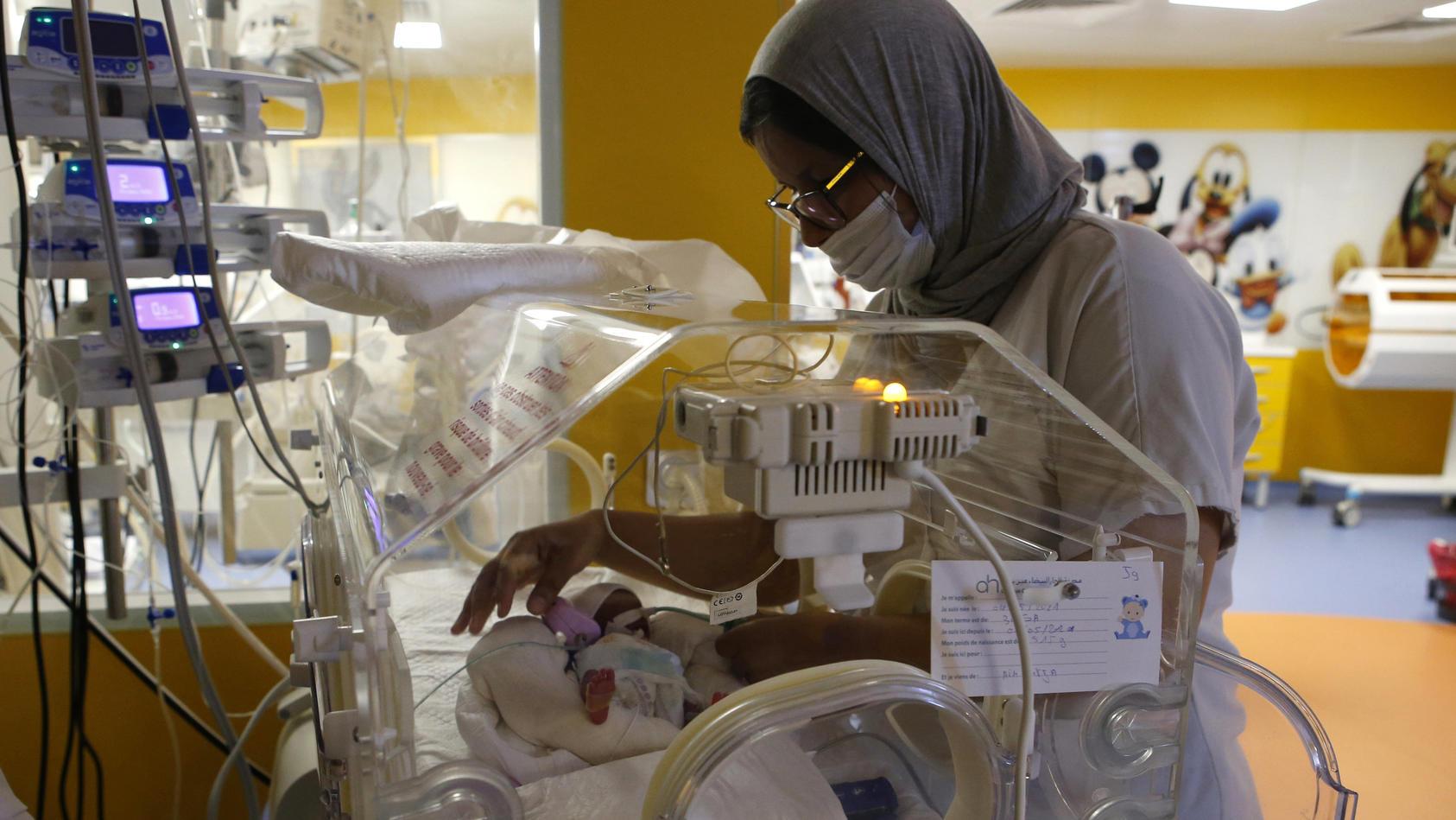 Eins der neun Frühchen wird im Krankenhaus in Marokko von einer Krankenschwester betreut