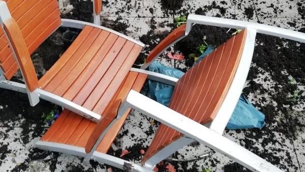 Auch die Stühle auf der Terrasse überlebten den Überraschungsbesuch nicht.
